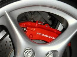 El caliper de un automovil Porsche